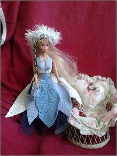 Le défilé des créations -stylistes : Barbie-fleur - Nicole Crochet Doll Pattern, Crochet Dolls, Crochet Barbie Clothes, Doll Clothes, Barbie Dress, Barbie Doll, Princess Zelda, Disney Princess, Chrochet