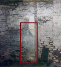 Bessie Bartlett, the Little Ghost Girl of Parkersburg, West Virginia. It is difficult to decide whether this is one of the eeriest or saddest ghost-pictures I have ever seen. Ghost Images, Ghost Pictures, Ghost Pics, Scary Places, Haunted Places, Creepy Things, Creepy Stuff, Best Ghost Stories, Creepy Stories