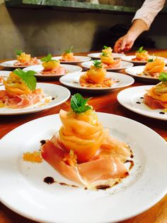 Wedding Starter: Melon rosette with Parma raw ham! Chef Recipes, Wine Recipes, Great Recipes, Wedding Starters, Catering Buffet, Kinds Of Cookies, Wedding Catering, Canapes, Parma