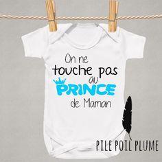 Body personnalisé garçon '' on touche pas au prince de maman '' : Mode Bébé par pile-poil-plume