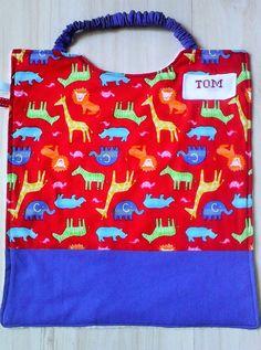 """Serviette a élastique ,serviette élastiquée , personnalisable, ,éponge et tissu japonais """"les animaux exotiques """" multicolores sur fond rouge : Ecole et loisirs par kate27"""