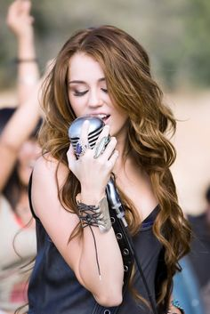 I love Miley's old hair, it was so perfectly long and curly!.