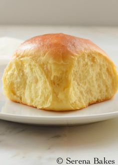 Hawaiian Dinner Rolls recipe are pillow soft and sweet making them a favorite for Thanksgiving, Christmas, Easter, or just because! They make great sliders too from Serena Bakes Simply From Scratch. Hawaiian Bread Recipe, Hawaiian Bread Rolls, Hawaiian Sweet Rolls, Best Bread Recipe, Sweet Dinner Rolls, Dinner Rolls Recipe, Bread Machine Recipes, Bread Recipes, Baking Recipes