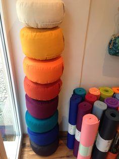 Großer Schwung an runden #Meditationskissen in vielen verschiedenen Farben eingetroffen  Preis: 32,90 Euro  Jetzt online bestellen unter: http://littleyogastore.de/shop/yogakissen/runde-kissen/  Oder kommt vorbei in unserem Berliner Yoga Laden: Grunewaldstraße 9 in Schöneberg