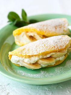 【ELLE a table】ふわふわバナナパンケーキレシピ|牛乳大さじ3杯 バター10g 卵2個 グラニュー糖40g 薄力粉60g 生クリーム150ml グラニュー糖大さじ2/3杯 バナナ小4本