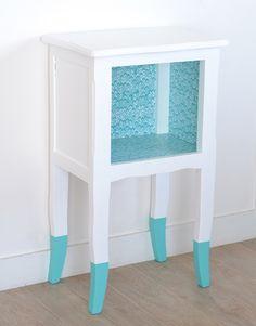 Table de nuit\table d'appoint vintage/ethnique turquoise et blanche.