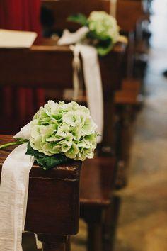 green hydrangea church decor http://weddingwonderland.it/2015/05/15-idee-la-cerimonia-in-chiesa.html