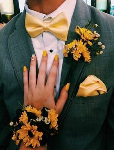 Top 30 Prom Corsage and Boutonniere Set Ideas for 2020 Prom Couples, Prom Pictures Couples, Teen Couples, Maternity Pictures, Homecoming Pictures, Prom Poses, Prom Proposal, Cute Couples Goals, Couple Goals
