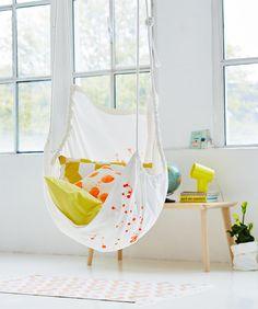 Der schnell genähte Hängesessel wird mit Seilen und Haken an der Decke befestigt.