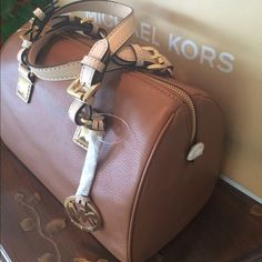 "⭐️Michael Kors ⭐️Grayson Satchel Luggage Leather ✨Just reduced from $225✨Authentic Michael Kors. Gorgeous Medium Leather Satchel. Grayson. Fully lined. Hardware in Gold. Cream handles and long strap included. New with tag attached! ❌No trades❌                                                  Size: L11.5""/H9""/D5.5"" Michael Kors Bags Satchels  Diese und weitere Taschen auf www.designertaschen-shops.de entdecken"