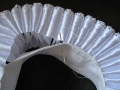 Making an Elizabethan ruff Sewing Hacks, Sewing Tutorials, Sewing Patterns, Historical Costume, Historical Clothing, Formation Couture, Elizabethan Dress, Ruff Collar, Robes Vintage