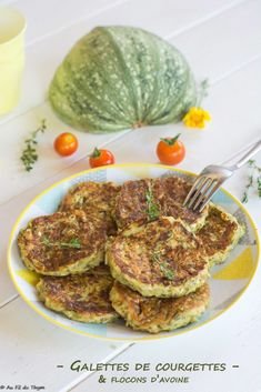 Easy zucchini patties (oatmeal and emmental flakes) – Au Fil du Thym - Zucchini Patties, Vegetarian Recipes, Healthy Recipes, World Recipes, No Carb Diets, Food Videos, Entrees, Veggies, Food And Drink