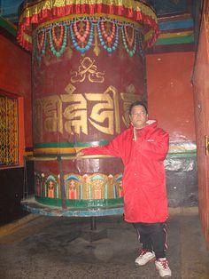Cung nang banh xe Phap va niem UM MA NI PAD MI HUM khi cac ban den Tibetan Temple. Welcome!!!Om Tare Tuttare Ture Soha....Om Amarani Jevan Teye Soha...    Y NGHIA CUA UM MA NI PAD MI HUM : (LUOC GIAI THOI NHE)--->    AUM MANI PADME HÙM là tinh túy trí hu http://phongthuyvadoisong.com/  http://phongthuyvadoisong.com/12517/San-Pham/ty-huu-dong.htm