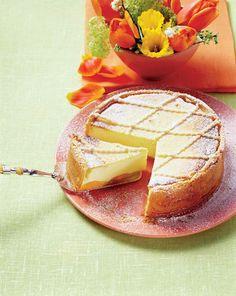1. Într-un bol se pune făina, se face un gol la mijloc şi se adaugă ouăle, maiaua pregătită din drojdie, lapte şi puţin zahăr şi se frământă adăugându-se toate ingredientele. Se obţine un aluat de cozonac şi se lasă să crească lângă o sursă de căldură. 2. Separat, în alt bol, se pun: brânza de … Romanian Food, Food Cakes, Eat Smarter, Seitan, Frappe, Holiday Recipes, Camembert Cheese, Foodies, Cake Recipes