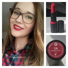""""""". Review zum Longlasting Lipstick 14 """"Adorable matt!"""" von Essence.  Wie der Name schon sagt, hat dieser wunderschöne rote Lippenstift ein mattes Finish.…"""""""