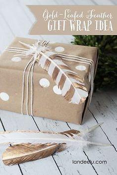 BALENÍ  DÁRKŮ   thecraftingchicks(dot)com/2014/11/gold-leafed-feather-gift-wrap-ideabloggers-best-12-days-of-christmas.html