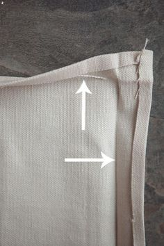 Mitering Fabric How to Get Perfectly Pointy Inside Corners - Celebrate CreativityIf you love the look of mitered napkins, this is the tutorial for you. Easy step by step instructions and photos for mitering fabric. Small Sewing Projects, Sewing Projects For Beginners, Sewing Tutorials, Sewing Mitered Corners, Sewing Hems, Tailoring Techniques, Sewing Techniques, Cathedral Window Quilts, Cross Stitch Baby