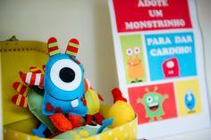 Monstrinhos, Monstros SA, muitos monstrinhos coloridos para divertir a   festa de 5 anos do Gabriel!      Bombons decorados com mu...