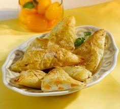 Marillen-Topfen-Taschen mit QimiQ - für das ausführliche Rezept auf das Bild klicken! Strudel, Snack Recipes, Snacks, Ober Und Unterhitze, Tantra, Chips, Food And Drink, Turkey, Meat