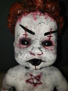 Halloween Doll, Halloween Projects, Halloween Horror, Scary Baby Dolls, Creepy Dolls, Baby Zombie, Haunted Objects, Zombie Dolls, Scary Clowns