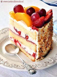 strawberry and peach cake. strawberry and peach cake. Just Desserts, Delicious Desserts, Yummy Food, Cupcakes, Cupcake Cakes, Cake Recipes, Dessert Recipes, Peach Cake, Just Cakes