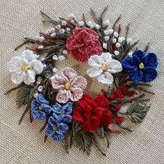 ㅡ  리넨실로 수놓은 리스 wreath  ㅡㅡㅡ #소금빛자수 #꽃자수리스 #리넨자수실 #손끝에서피는꽃과자수 #입체자수꽃나무열매 #embroidery #서양자수 #입체자수 #stumpwork #wreath