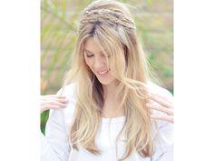 Pueden utilizar una corona de trenza en forma de diadema con el cabello suelto para lograr un look relajado o un estilo de peinado de novia griego.