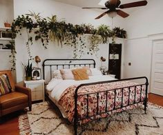 25 Cozy Bedroom Decor Ideas that Add Style & Flair to Your Home - The Trending House Bohemian Bedroom Decor, Boho Living Room, Cozy Bedroom, Home Decor Bedroom, Bedroom Ideas, Bedroom Designs, Bedroom Rustic, Modern Bedroom, Bedroom Brown