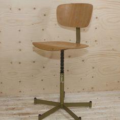 Verstelbare stoel met houten leuning en zitting, onderstel van ijzer met lichtgroene hamerslagverf Verstelbaar van 45 cm tot 65 cm