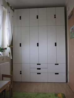 ikea stuva could do 1 section of this in A's room. This middle section is Stuva. The 2 smaller sections are Stuva. Ikea Storage, Wall Storage, Locker Storage, Ikea Kids Room, Kids Bedroom, Nordli Ikea, Ideas Habitaciones, Deco Kids, Best Ikea
