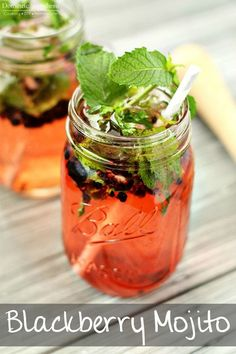 Blackberry Mojito - super easy and refreshing cocktail made by using fresh mint and blackberries! Refreshing Cocktails, Summer Cocktails, Fun Drinks, Healthy Drinks, Alcoholic Drinks, Beverages, Manly Cocktails, Tea Cocktails, Cocktail Parties