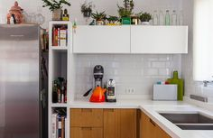 A colorful kitchen with patterned floors, a all-white cozy bedroom and a corrido… - Home Decorations, the most stylish decorations model Kitchen Colors, Kitchen Decor, Kitchen Ideas, Interior Exterior, Interior Design, Kitchen Colour Combination, Modern Bedroom Furniture, Floor Patterns, Bedroom Accessories
