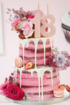 Tarta drip cake, decorada con rosas naturales, baño de chocolate, fresas, macarons y merenguitos, el pastel Red velvet