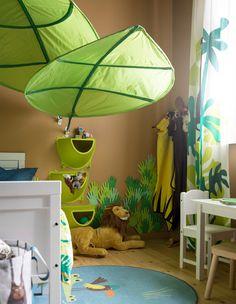 Scopri Da IKEA Come Realizzare Una Cameretta Per Bambini Ispirata Alla  Giungla Decorandola Con Le Tende DJUNGELSKOG, In Cotone Rinnovabile.