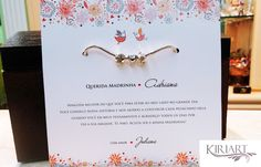 Convite em Papel Branco opalina (ou de sua escolha), tamanho 18x18cm, impressão frente, com envelope impresso, <br>Embalado no tule. <br> <br>INCLUI PULSEIRA COM 3 BERLOQUES