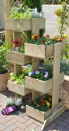 Outdoor Planter Projects :: Tons of ideas Tutorials! :: Including this nice vertical planter from 'gardensite'. would like to try strawberries in the vertical planter . Plantador Vertical, Vertical Planter, Vertical Gardens, Raised Gardens, Diy Planters Outdoor, Outdoor Gardens, Planter Ideas, Diy Wooden Planters, Big Planters