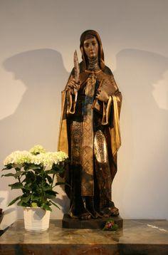 Escultura que representa a Santa Hildegarda, en la iglesia parroquial que lleva su nombre, en Eibingen (Alemania). De artista desconocido, la obra incorpora bellamente los símbolos con que se la identifica: cruz pectoral, pluma, y libro.Santa Hildegarda de Bingen