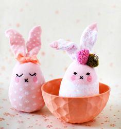 DIY No-sew Easter sock bunny - upcycling Easter craft for kids // Egyszerű zokni nyuszi (varrás nélkül) - húsvéti ötlet gyerekeknek // Mindy - craft tutorial collection // #crafts #DIY #craftTutorial #tutorial