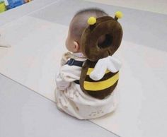 This Bee Shaped Baby Backpack Protects Babies Heads If They Fall Over Bienenförmiger Baby-Kopfschutz-Rucksack Unique Gifts (Visited 3 times, 1 visits today) So Cute Baby, Baby Kind, Cute Kids, Cute Babies, Cute Asian Babies, Baby Rucksack, Baby Life Hacks, Korean Babies, Foto Baby