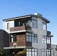 Fachada de casa rústica de tres niveles