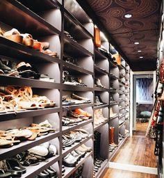 "1,183 curtidas, 7 comentários - Lisa Adams (@laclosetdesign) no Instagram: ""Shoe shopping in the closet """