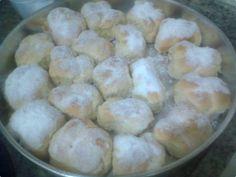 Rosquinhas de Pinga - Maria Rosa  - 1 lata de creme de leite (gelado e com soro)  - 1 lata de açúcar refinado (use a lata de creme de leite como medida)  - 3 ovos batidos ligeiramente e passado na peneira  - 1 colher (sopa) de sal amoníaco - dissolvido em;  - 12 colheres de (sopa) pinga  - 1 quilo de farinha de trigo