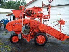ALLIS-CHALMERS Combine was an experimental machine that used an model G tractor drive unit with a model 40 pull type combine. It is said only five of these were built. Antique Tractors, Vintage Tractors, Old Tractors, Vintage Farm, Old Trucks, Pickup Trucks, Micro Farm, Allis Chalmers Tractors, Combine Harvester