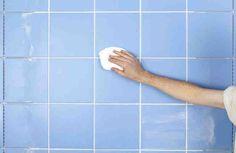 El gran enemigo de nuestro baño es la humedad que se genera con la ducha, los restos de jabón y cal se suelen quedar pegados a la mampara o pared, lo que le da un aspecto descuidado. Entre más tiempo dejes pasar sin limpiar, más se te pegará la suciedad y lo peor es que se te puede formar moho que p