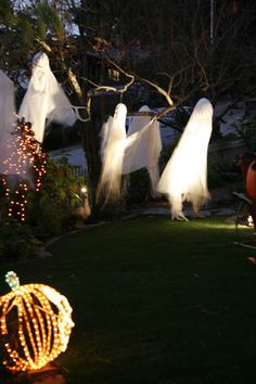 Halloween Decoration Inspirations - these ghosts are easy to make - very effective when lit up at night  #halloween #decorations