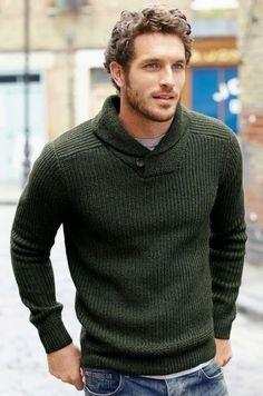 ファッションもクリスマス気分をグリーンのセーターでトップスは決まり