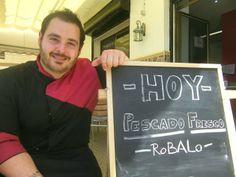 En el Paseo Marítimo de Cádiz, frente a la playa, ha abierto Mar de Leva, un nuevo establecimiento puesto en marcha por el cocinero Enrique Hidalgo, formado en la Escuela de Hostelería de Cádiz. El pescado de roca es una de sus apuestas y no faltan tampoco unos chocos a la plancha con arroz negro. Más detalles en Cosasdecome. http://www.cosasdecome.es/guia-de-establecimientos/mar-de-leva/#.U3chCChqM6A