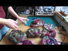 Knitting Patterns combine The PassioKnit Spinner Podcast- Bonusepisode 2 'mixing fiber for a sweater combo spin' Spinning Wool, Hand Spinning, Different Braids, Hand Dyed Yarn, Fiber Art, Ravelry, Knitting Patterns, Weaving, Sweater