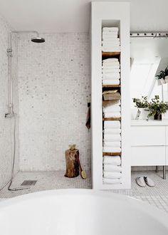 une douche a l'italienne avec séparateur plus large pour faire une colonne range serviette