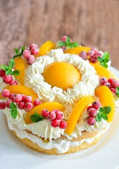 Cake with plenty of cream and peach compote and currants
